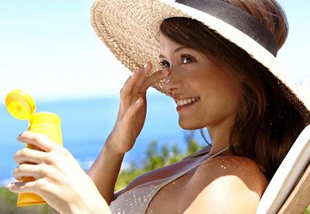 Перед выходом на улицу в жаркий солнечный день рекомендуется смазывать веснушки защитным кремом, что на несколько часов позволит предохранить лицо от солнечных лучей