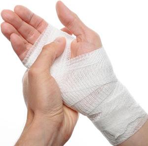 Прежде чем мазать рану при ожоге в домашних условиях, необходимо убедиться в наличии стерильного бинта или марли – в незащищённую рану может легко попасть инфекция