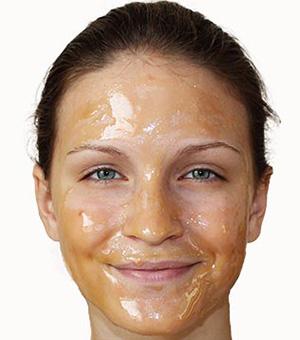 Медовая маска применяется не только для лечения ожогов на лице, но и как действенное косметическое средство по уходу за кожей