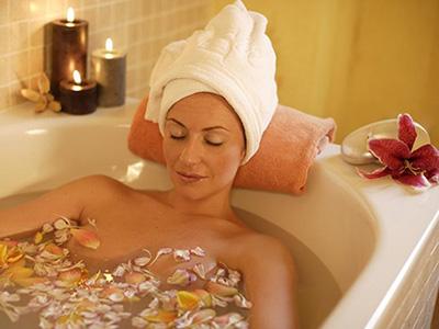Ванна с добавлением эфирного масла ромашки отлично успокаивает и охлаждает кожу. При использовании средства для лечения ребёнка достаточно добавить 4 капли.