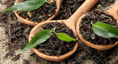 В чае содержится таниновая кислота, помогающая вытягивать из покрасневшей области теплоту и тем самым уменьшать степень болезненности