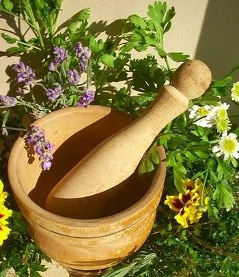 Любым полезным травяным настоем следует пропитывать марлевую повязку и прикладывать ее к обожженному месту. Количество процедур в течение дня – от 3 до 4.