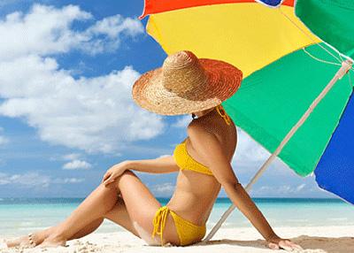 При нахождении под палящим солнцем обязательно нужно надевать головной убор и солнцезащитные очки