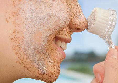 На время лечения нужно отказаться от скрабов, поскольку они оказывают травмирующее воздействие на воспаленную кожу и способствуют распространению инфекции