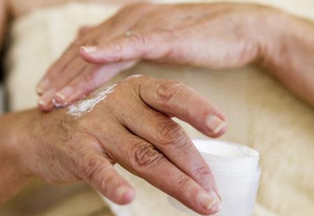 Применение увлажняющих и лечебных кремов устраняет сухость кожи, убирает проявления заболевания