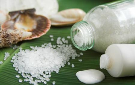 Если нет возможности отправиться на морское побережье, то можно приобрести морскую соль в аптеке и приготовить лечебную ванночку
