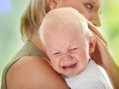 Если болезнью страдает ребенок, то лечение проходит очень тяжело. Малыш капризничает, теряет аппетит, плачет и постоянно тянется к больному уху.