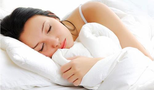 После прорыва фурункула, необходимо спать на стороне больного уха, чтобы гнойные массы не проникли вглубь
